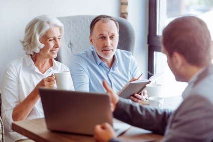 Älteres Ehepaar läßt sich beraten